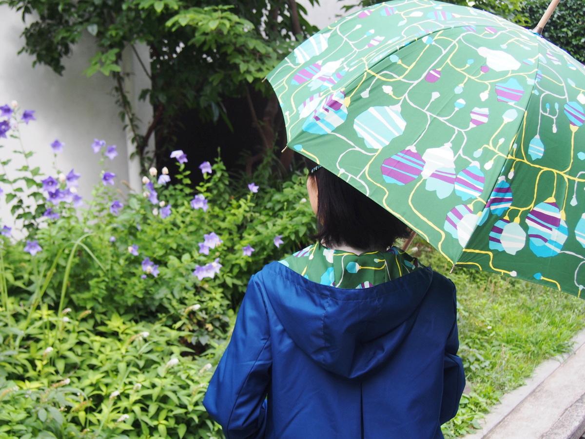 代官山「cocca」の傘とお揃いのレインコートで、雨の日も大人の茶目っけを