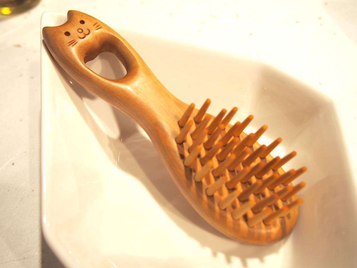 伝統工芸ショップ「めぐりて」で出会う、髪の毛に艶と健康をもたらすつげのブラシ