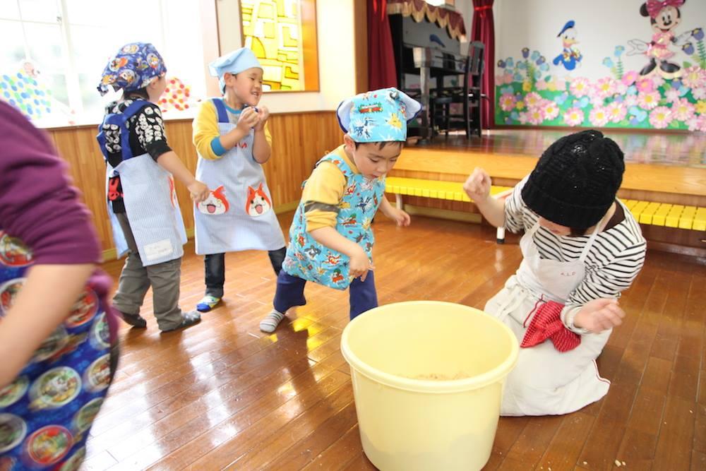【連載】子どもたちの記憶に残る、みそづくりの時間とみその味|発酵とすはだのおいしい関係(10)