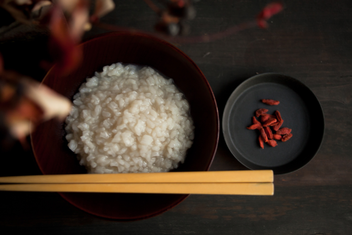 【連載】からだを慈しむ、薬草の旅Vol.11|寒い朝には、お腹にやさしい薬草茶粥を