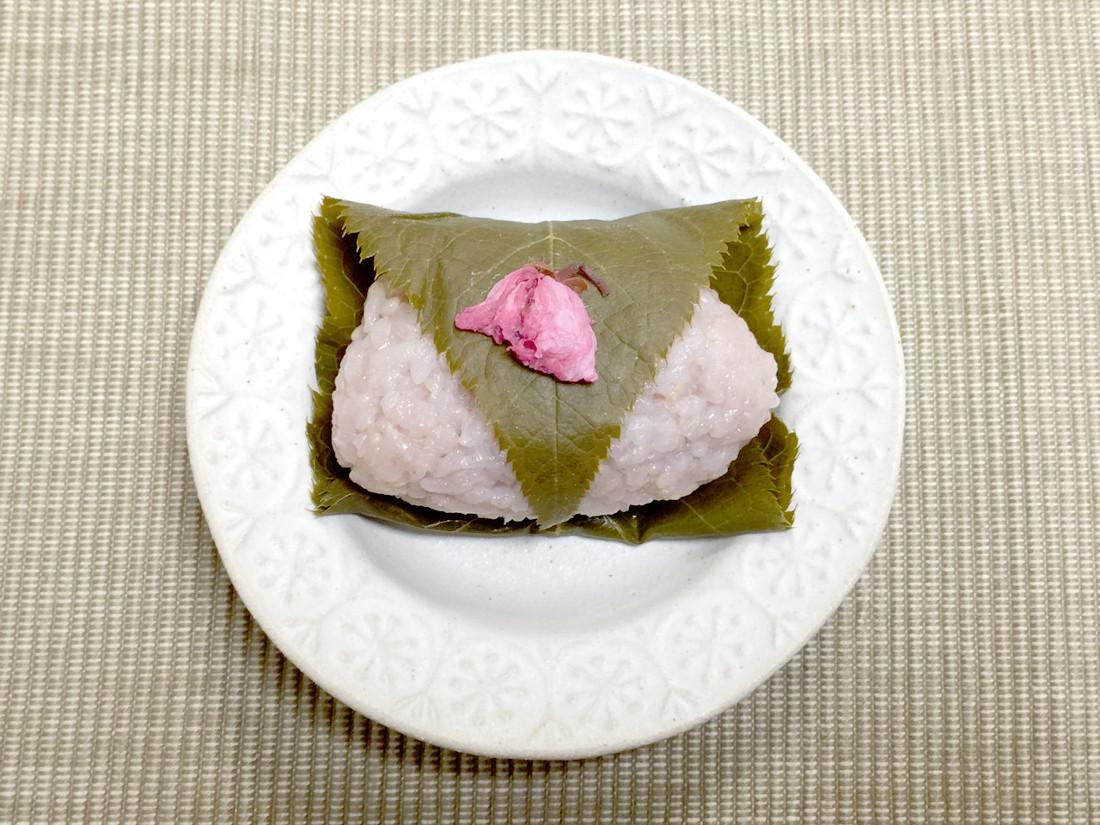 着色料なしでピンク色に!黒豆ご飯で作るカンタン桜もち|おかわりおやつ