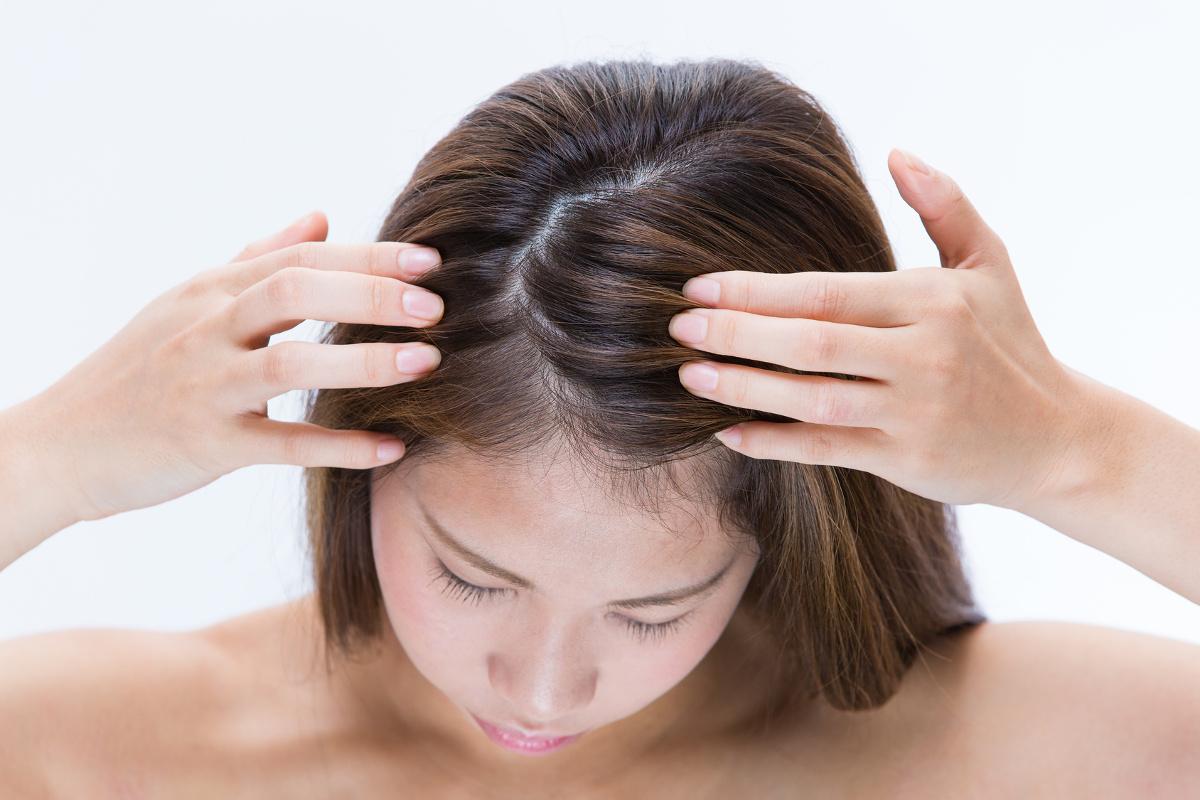 頭皮ケアをする女性