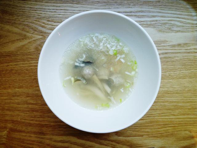 キノコ、エビ、肉団子のスープ